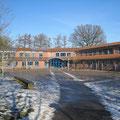 Schulgebäude mit Pausenhof