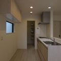 【キッチン&パントリー】 キッチンはI型でスッキリ。キッチン奥には大容量のパントリーを設けました。細々したものから大物まで収納できます。
