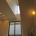 【LDK・吹き抜け】 リビング上の吹き抜け。上部の窓からも光が差し込みます。