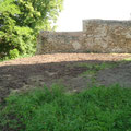 Westseite des Burghofes nach der Gras-Aussaat mit Blick auf die Mauer
