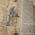 Sprung an der Außenmauer der Wendeltreppe