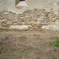 Erdniveau an der Mauer abgesenkt