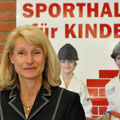 Unsere Präsidentin Gisela Hohlmann freut sich mit den Kindern