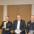 Der Amtswehrführer sowie Jan Rüther vom Amt Eiderkanal werden für die gute Zusammenarbeit in den letzten Jahren mit dem Ehrenteller der Freiwilligen Feuerwehr Schülldorf ausgezeichnet