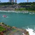 Hinten links die Boote, die dort rumfahren: Rot = Kanada, Blau = USA, die Grenze verläuft in der Mitte