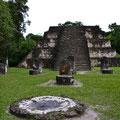 Tempel gehört zu (irgendeiner) Struktura G.... Schön die Stelen und der Opferstein.