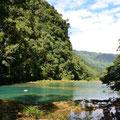 Das Wasser oben schimmert im klaren Türkisgrün.