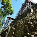 Die Aufstiegstreppe an Templo II ist eine gute Sache, alles wird geschont (Menschen und Steine, nachdem am Templo I zwei Menschen tödlich verunglückten)
