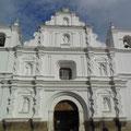 Und neben Allem thront die koloniale Kirche