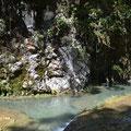 Das aus den umliegenden kleine Bächen sich auf der Kalksteinbrücke in diversen Becken sammelnde Wasser kriegt davon nichts ab.