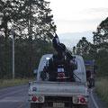 Transport anders. Wer es erahnen kann, hinten auf dem Moped ist eine rieisige Piratenflagge aufgebaut. Auch Piraten lassen sich in Honduras chauffieren.