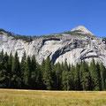 Im Yosemite-Tal, dass von massiven Granitwänden umgeben ist