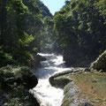 bis zu der Stelle an der der Rio Cabahón mit lautem Tosen unter die Kalksteinbrücke stürzt.