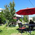 Hier kann man wunderbar draußen sitzen, guten Kaffee trinken, leckere Cookis essen und im Internet surfen.