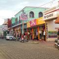 Die Straße der Klamottenläden mit leichter Abwechselung durch Fast-Food-Restaurants und Bäckereien
