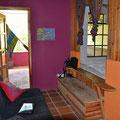 Wir haben ein quitschbuntes und interessant geschnittenes aber renovierungsbedürftiges Zimmer.