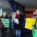 Ruth Sternberg übergibt die von ihr gesammelten Unterschriften...