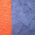 Strukturpaste mit verschiedener Farbe, links mit Gabel Linien gezogen