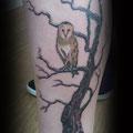 קעקוע ברגל ינשוף על עץ (תנשמת