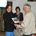 Ehrung für 60jährige Mitgliedschaft (v.l.): Vorsitzender Dr. Björn-Henning Rickert, Schriftführerin Sylvia Hildebrandt und Gründungsmitglied Joost Bärwald.