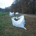 Drei BigBags voll Mahdgut wurden von dem gemähten Blühstreifen geharkt.