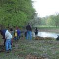 Pflanzung der Sträucher für den Gebüschsaum vor dem Waldrand.