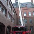 Arbeiten in luftiger Höhe: Die Anbringung des Kastens am Rathausturm war nur von Außen möglich.