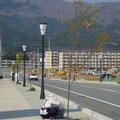 615 高田小学校(後)と下和野の災害公営住宅(手前)