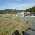 137 嵩上げされた富士川堤防越しに見た大川小