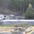0527 被災した住宅と高台の旅館「本家旅館」