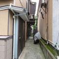 町歩きをスタートしてまもなく狭い路地の出入り口を見つけた