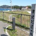 383 浪板海岸駅の石碑(後方は「はまぎく」、なお津波は駅の後方200mまで遡上)