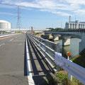 013 右に新地発電所、左に福島ガス発電所、地蔵川河口部橋梁の嵩上げ工事
