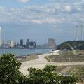 1322 天神岬から広野火力方向を見る(1線提の後ろは防災林)