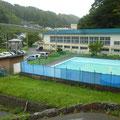 640 参道途中から見た鍬ケ崎小学校(すでに体育館屋根の高さ)