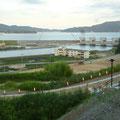 384 送出口付近から見た陸前高田(1)手前は気仙中学(震災遺構)