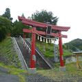 637 小学生が避難した熊野神社(鳥居の真ん中に津波到達碑が見える)