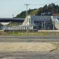 131 富岡駅に入る常磐線電車(遠景の煙突は福島第2原発)