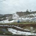 盛岡から久慈に向かう山間部、4月下旬なのに雪が残っている。