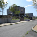 3157 町役場、植え込みの土は除染済みと思われる