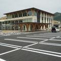 688 おしゃっち(大槌町文化交流センター、大槌町立図書館)、後方は元・大槌町役場