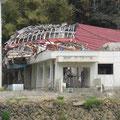 石巻市立相川小学校。津波は体育館の屋上を超えた