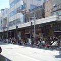 釜石市内の商店街、1階の被害が目立つ。