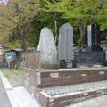 414 小本川右岸宗得寺の石碑(明治、昭和)と津波到達水位