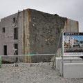 0513 転倒した商業ビルの解説