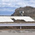 0475 米田川河口の災害廃棄物仮置場は処分場になった(遠景)。