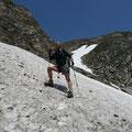 Abstieg vom Joch über ein steiles Schneefeld