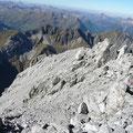 Von links unten nach rechts oben zieht sich der Gipfelgrat.Dahinter sieht man das Kälberlahnzugjoch.