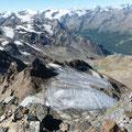 Tiefblick in den Schneesattel,sowie zum Zufrittferner.Im Hintergrund:Zufallspitzen und Cevedale,sowie Königsspitze und Ortler