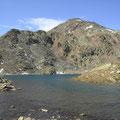 Einer der Seen mit dem Gipfel im Hintergrund